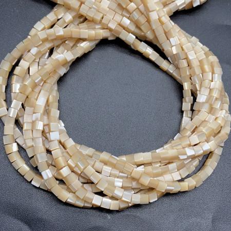 Каменные бусины, Перламутр, бежевый, кубики, 3,5-4 мм, длина нити 38 см